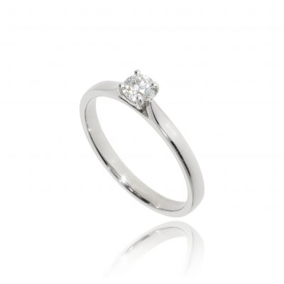classic diamond engagament ring white metal platinum ring solitaire round stone claw set