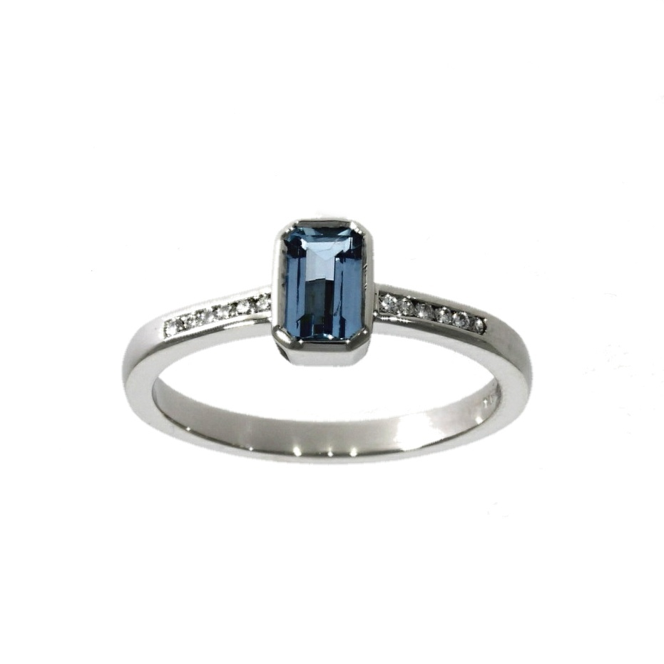 Platinum, aquamarine & diamond ring